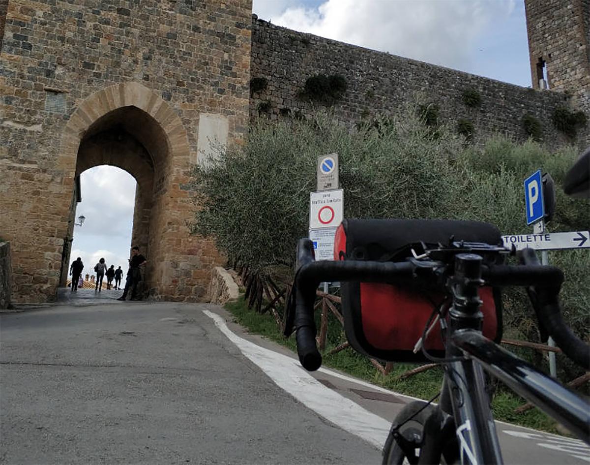 Una bici da corsa in procinto di entrare nella città Toscana di Monteriggioni