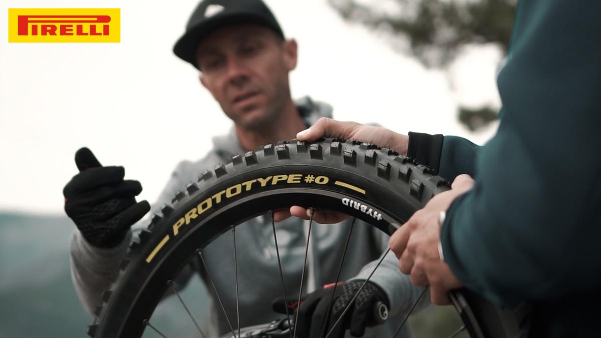 Fabien Barel discute davanti a uno pneumatico Pirelli Scorpion