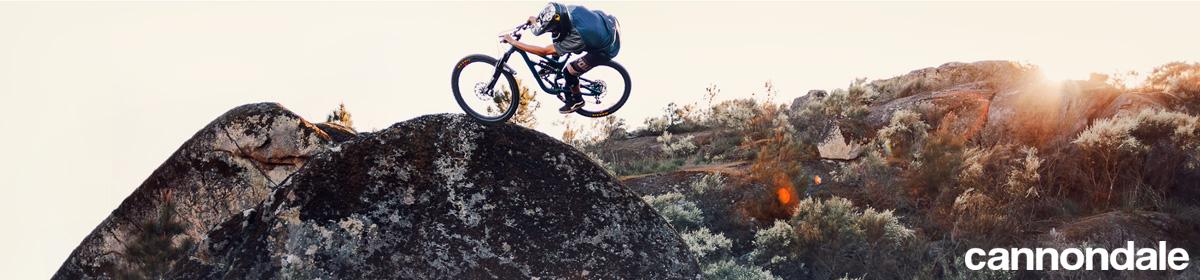 Un rider in salto con una MTB trail Cannondale 2021