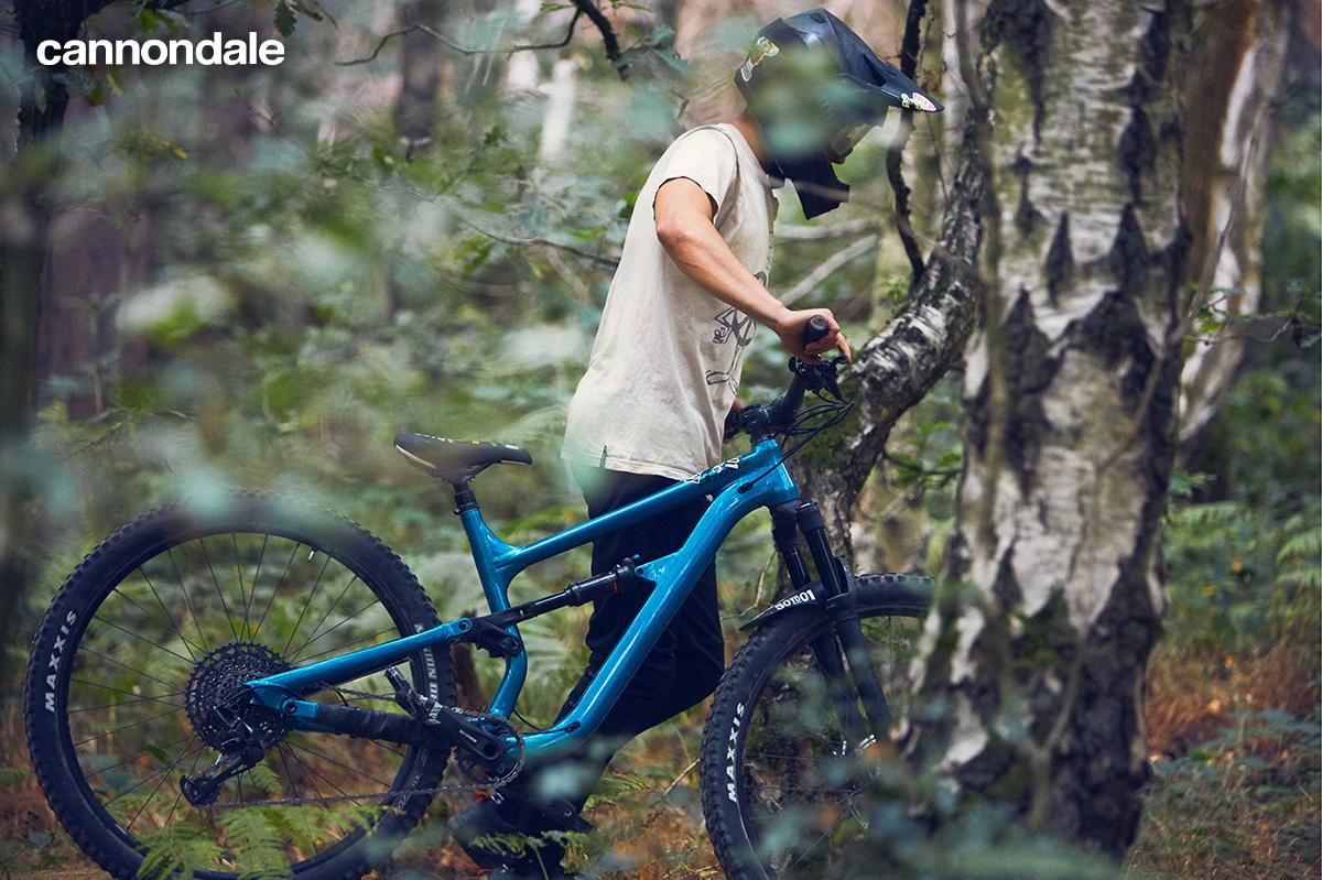 Un rider porta la propria mtb Cannondale 2021 nel bosco