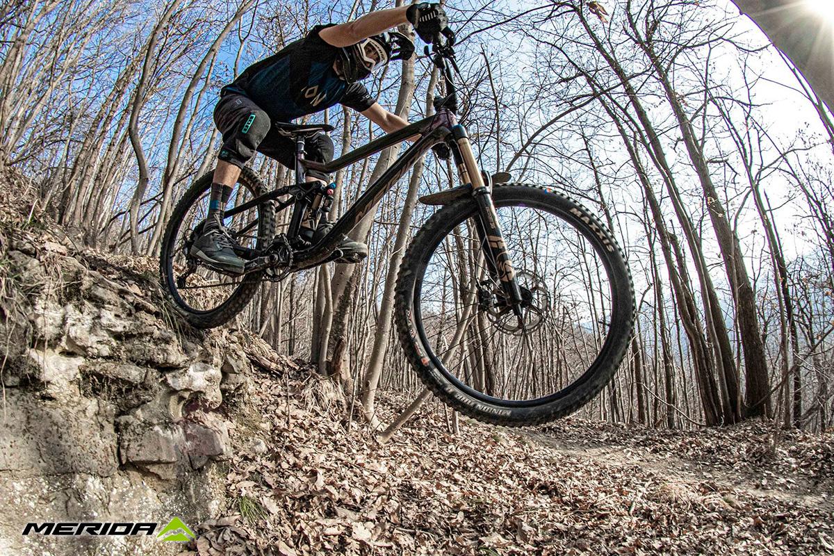 Un rider scende da un muretto con una nuova mountainbike Merida 2021