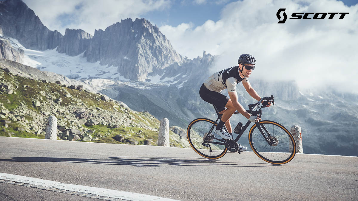 Un ciclista pedala su una nuova bici da strada Scott 2021