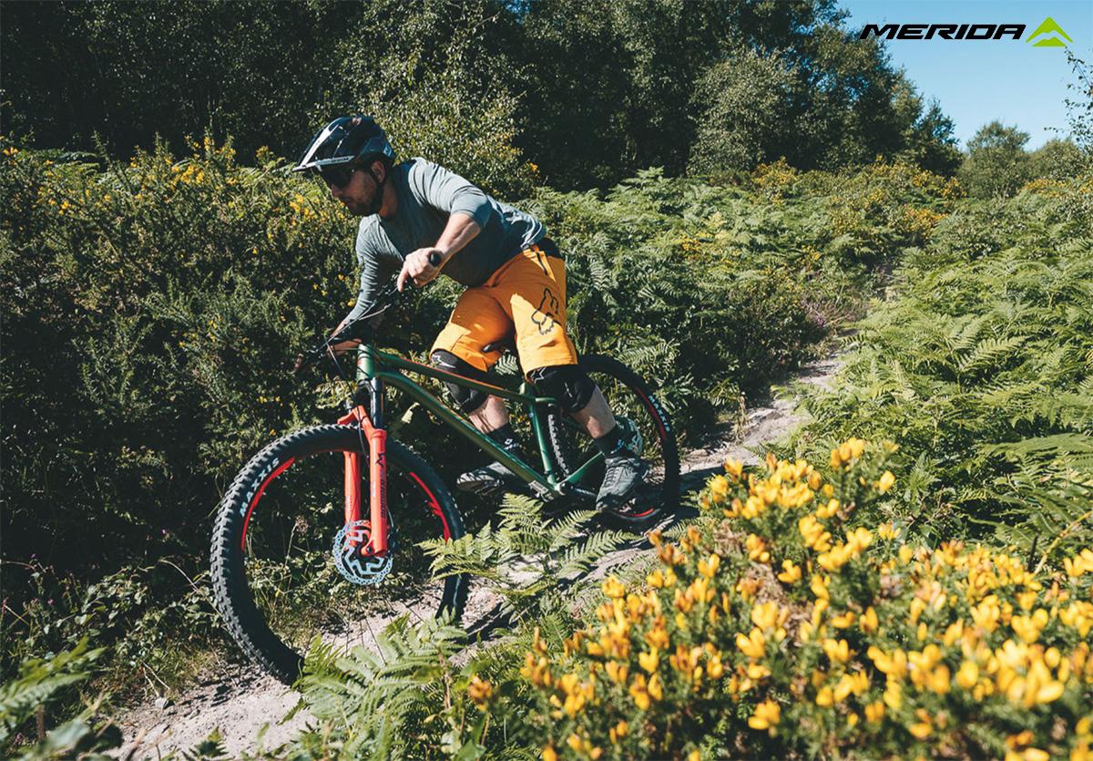 Un rider scende per uno sterrato in sella ad una nuova mtb Merida Big Trail 2021