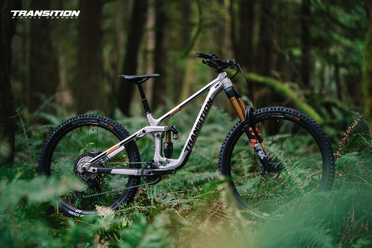 La nuova mountain bike biammortizzata Transition Patrol 2022 ambientata nel bosco