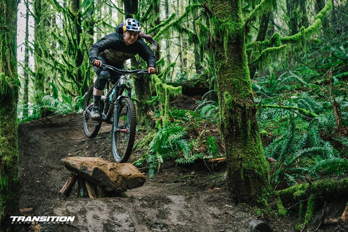 Una rider scende per un percorso nel bosco in sella alla nuova mtb Transition Patrol 2022