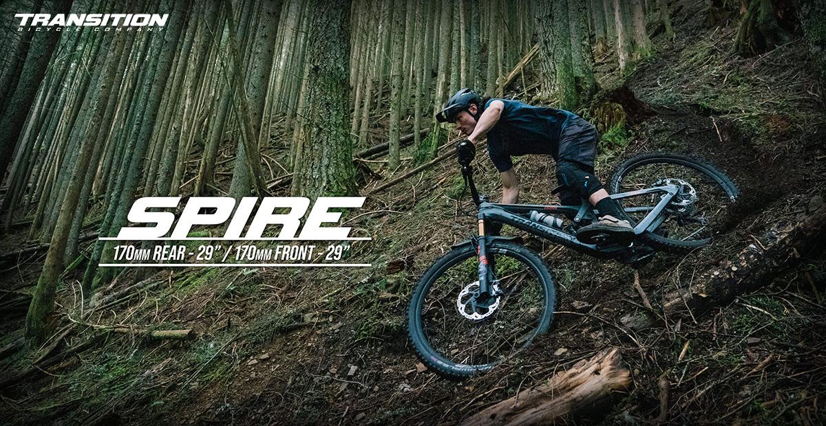Un rider pedala nel bosco in sella alla nuova mtb Transition Spire 2021