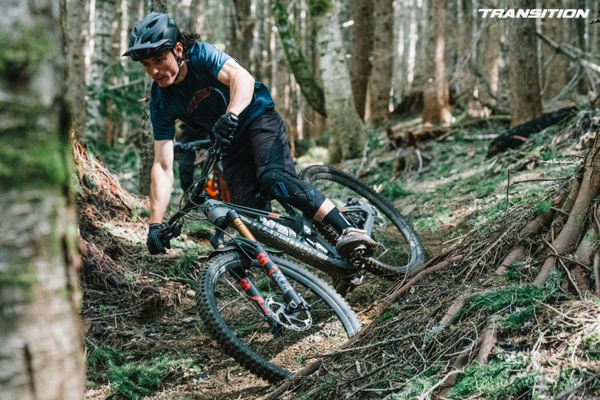 Rider in discesa in sella a una MTB Transition Spire 2022