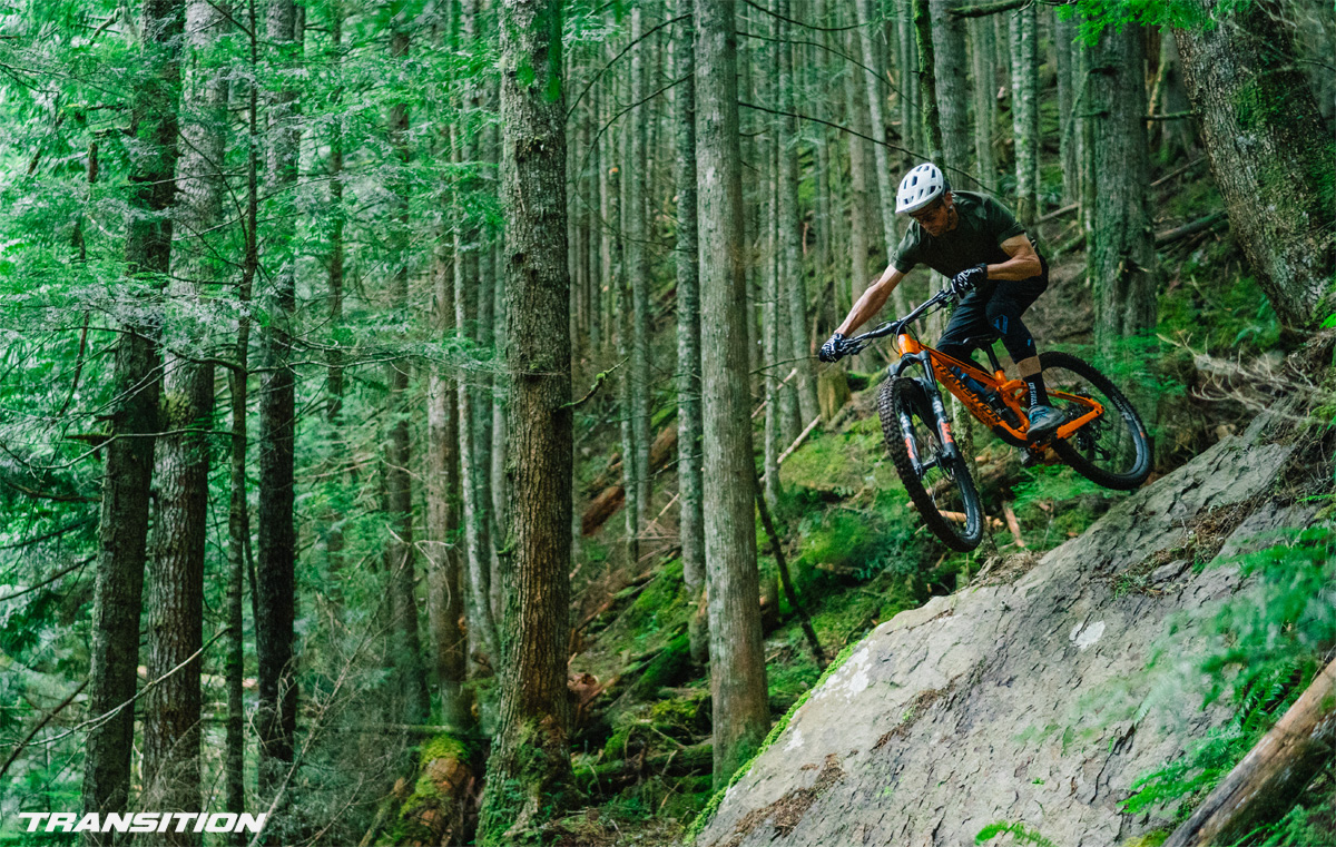 Rider in salto su una mountain bike Transition Spire 2022