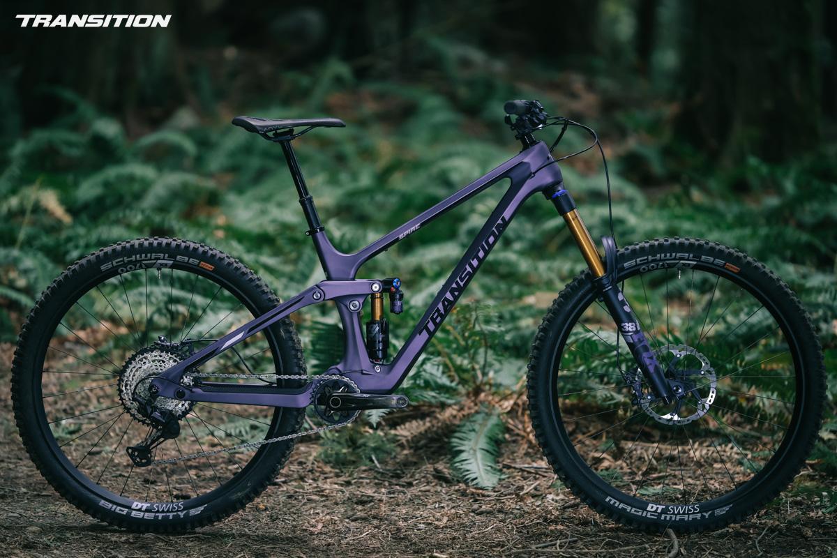 Una mountain bike biammortizzata Transition Spire 2022