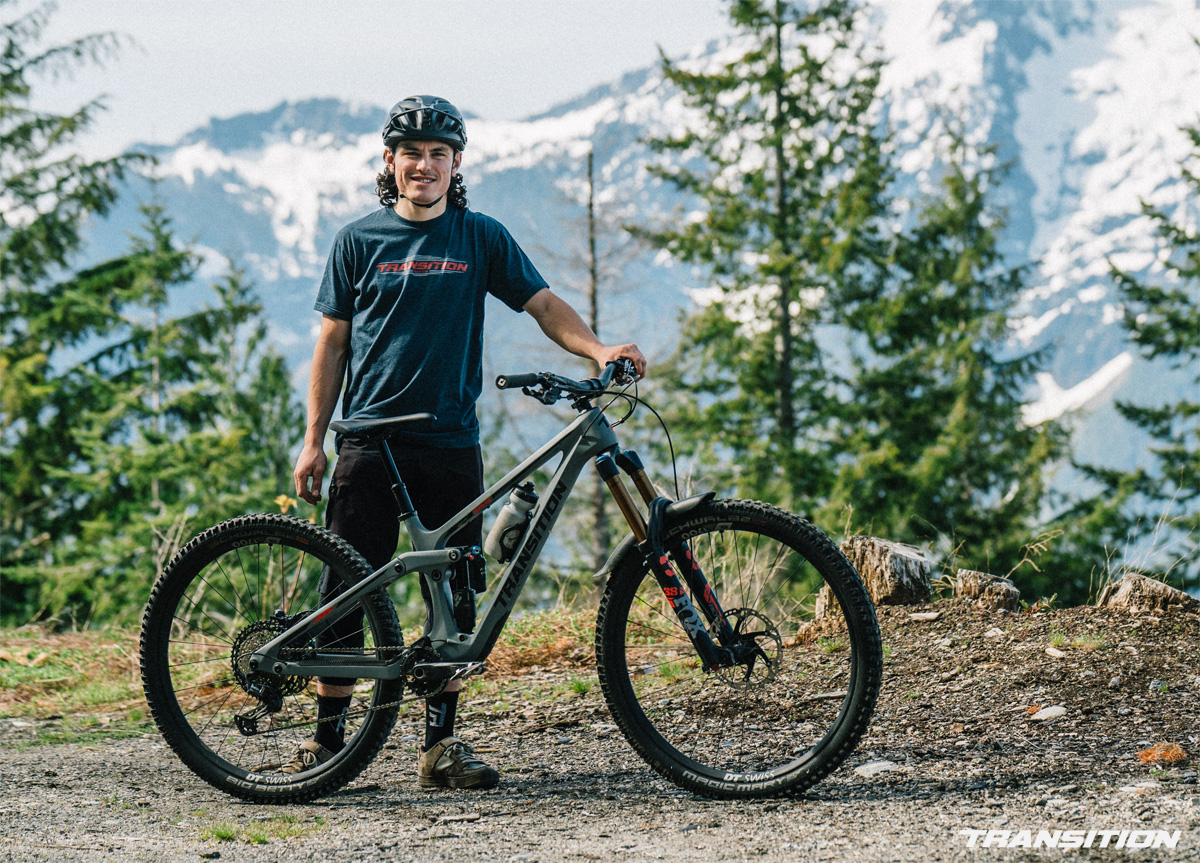 Rider MTB in posa di fianco alla sua Transition Spire 2022
