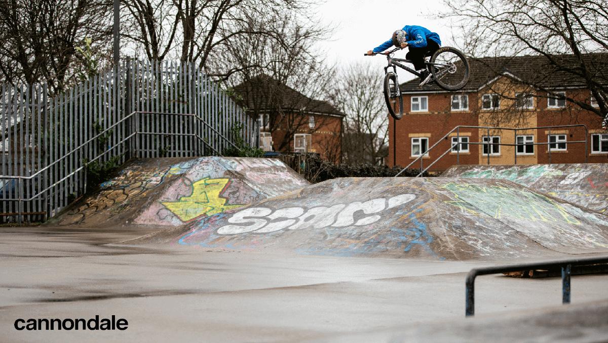 Un rider pedala sulla nuova bici da dirt jump Cannondale Dave 2021
