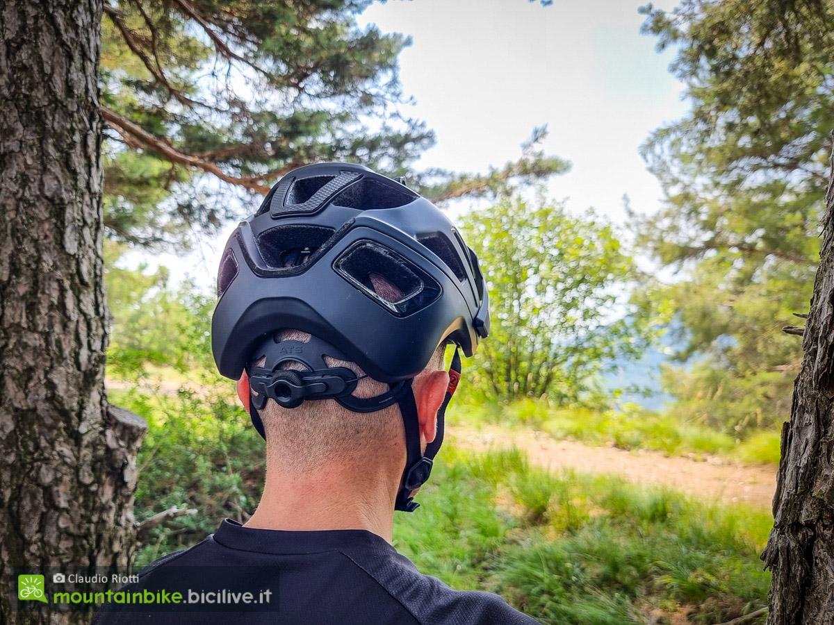 Foto di Claudio Riotti che indossa il casco per mtb Lazer Jackal visto da dietro