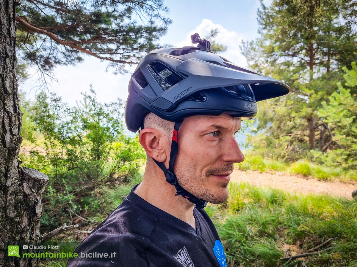 Foto di Claudio Riotti che indossa il casco per mtb Lazer Jackal
