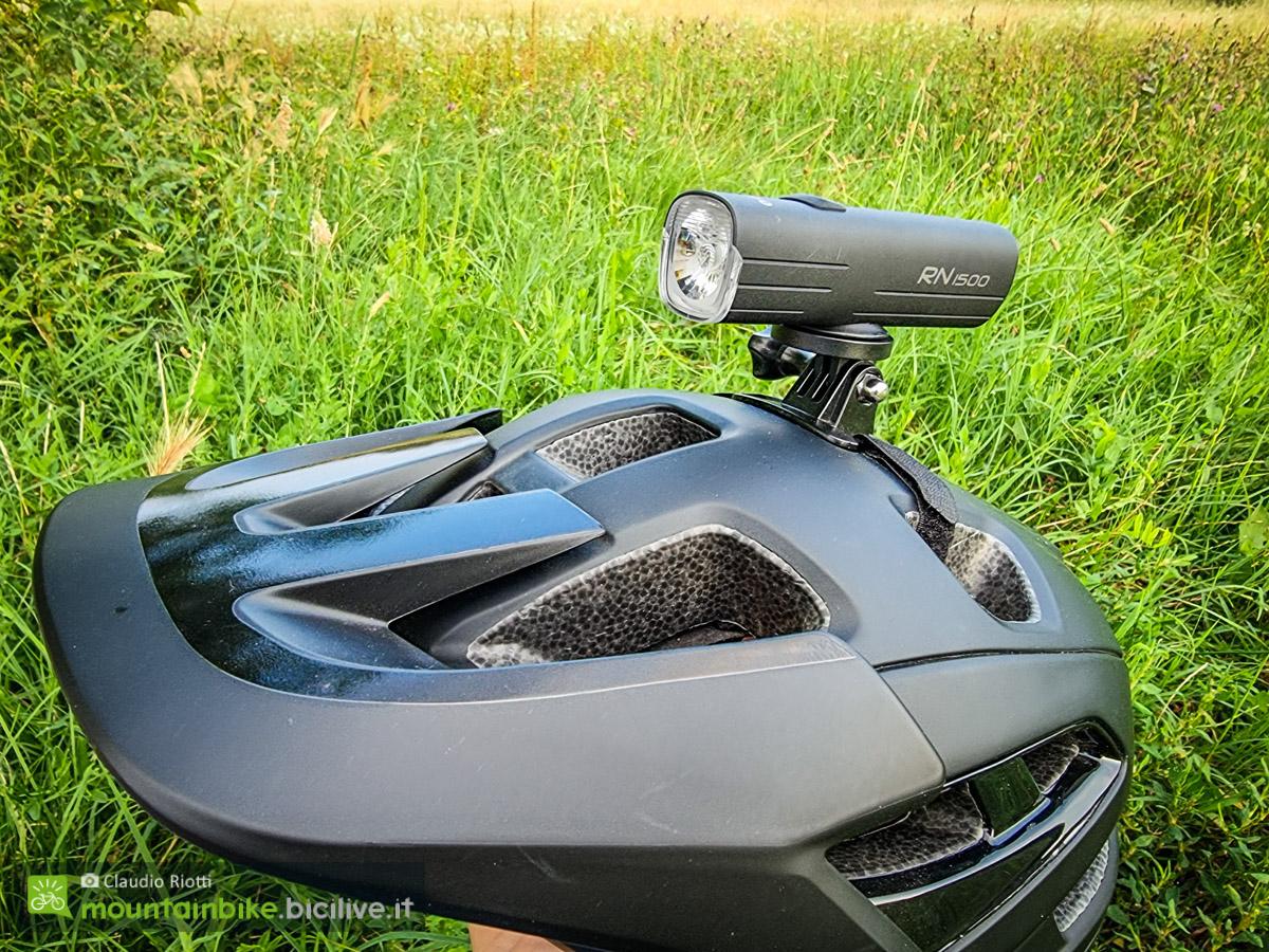 Foto del casco per MTB Lazer Jackal con supporto per luce