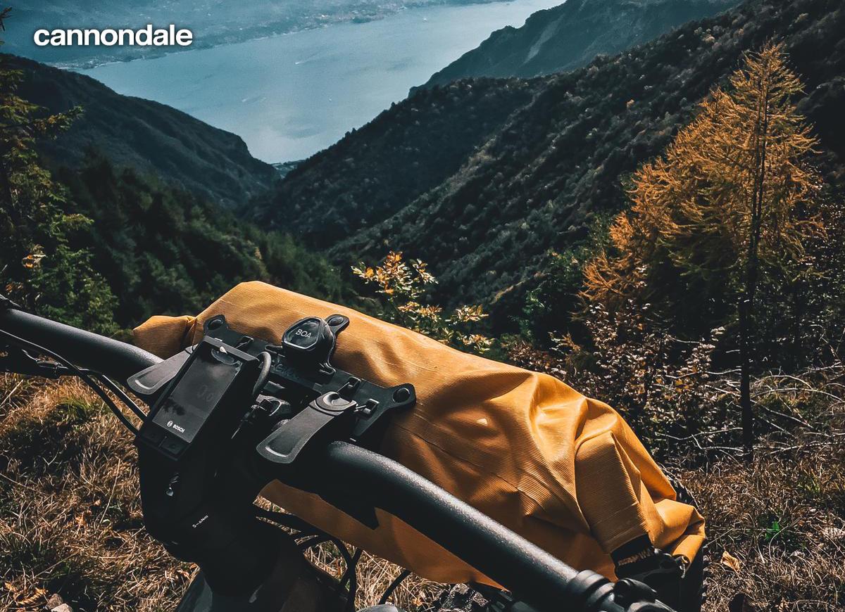 Una mtb Cannondale davanti ad uno strapiombo con vista montana