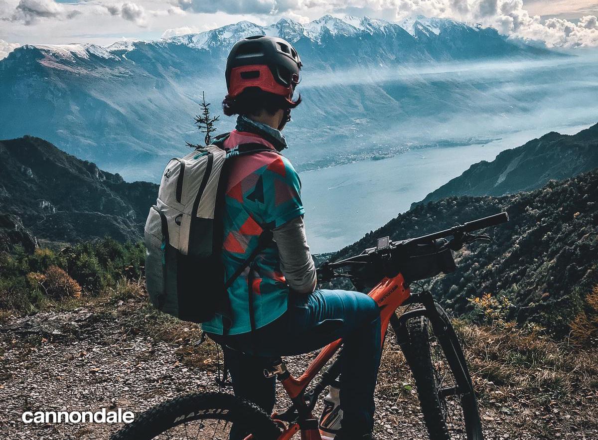 Un rider con al sua mountainbike Cannondale contempla il panorama montano
