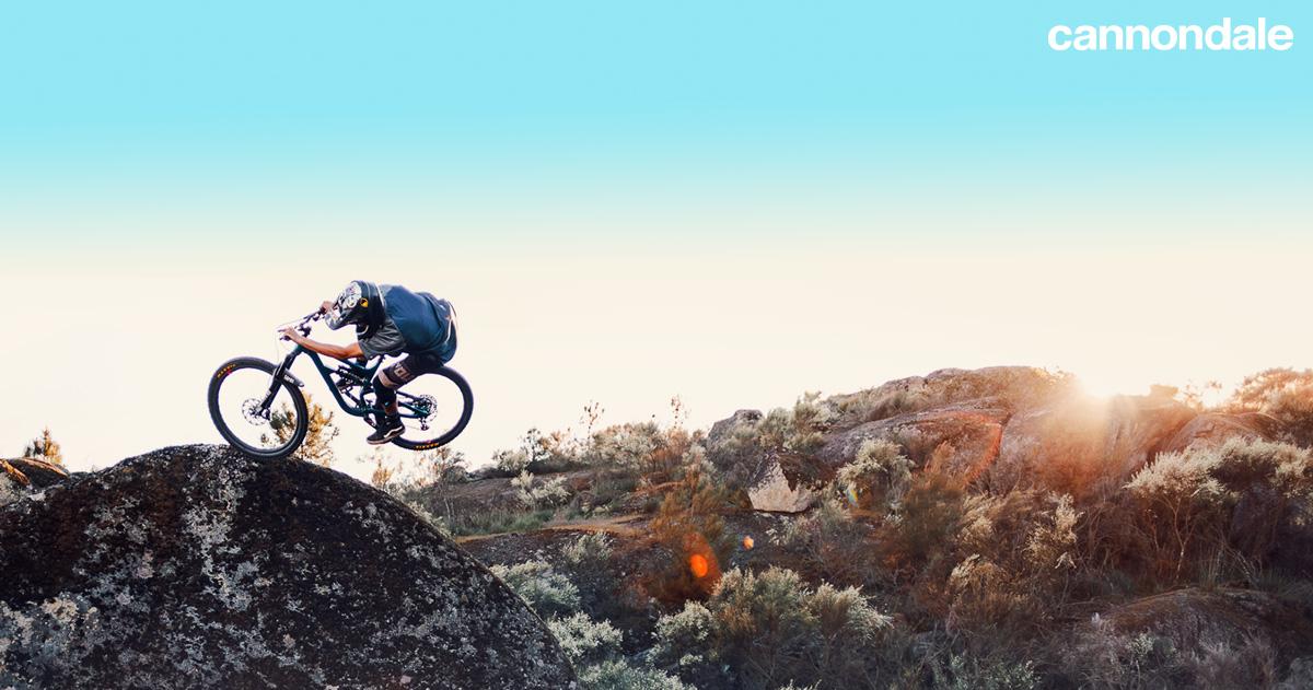 Un rider MTB in salto su una bici Cannondale