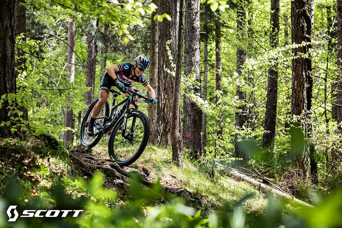 Un rider pedala su una nuova mtb Scott Spark 2022