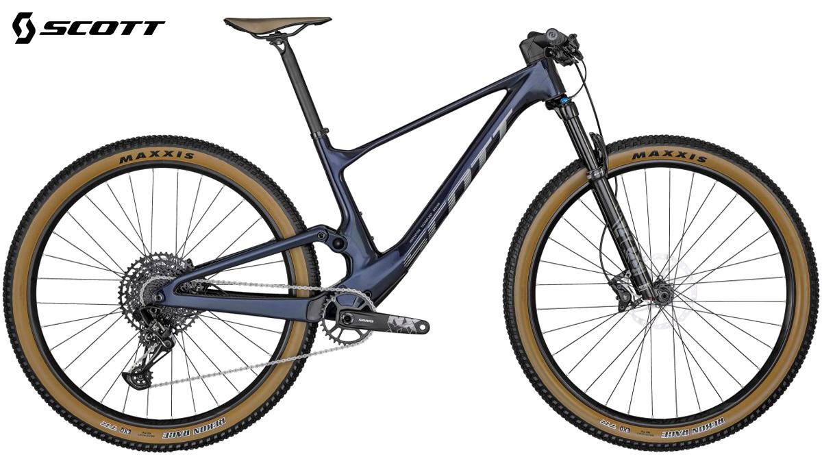 Una mountain bike full suspnension Scott Spark RC Comp 2022 blu