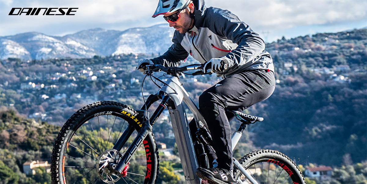 Un rider mtb pedala indossando il nuovo set Dainese HGR 2022