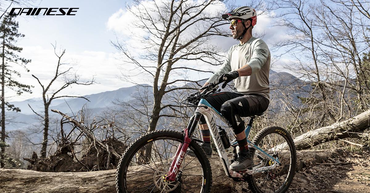Ciclista in mountain bike indossa il nuovo abbigliamento Dainese HGR 2022