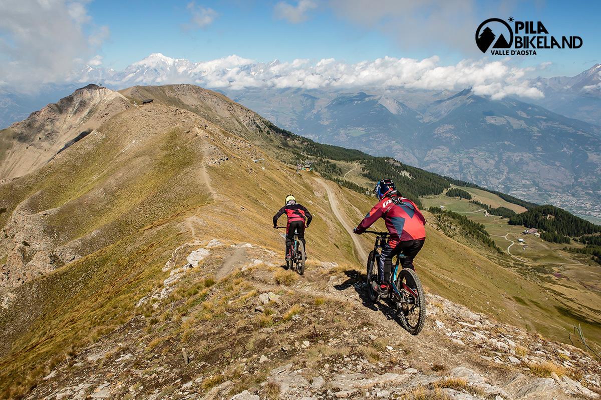 Due rider pedalano le loro mtb su una collina presso il Pila Bikepark
