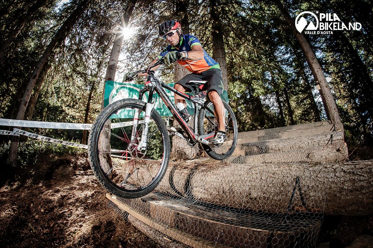 Un trail a ostacoli di Pila Bikeland viene affrontato da un rider con la mountainbike
