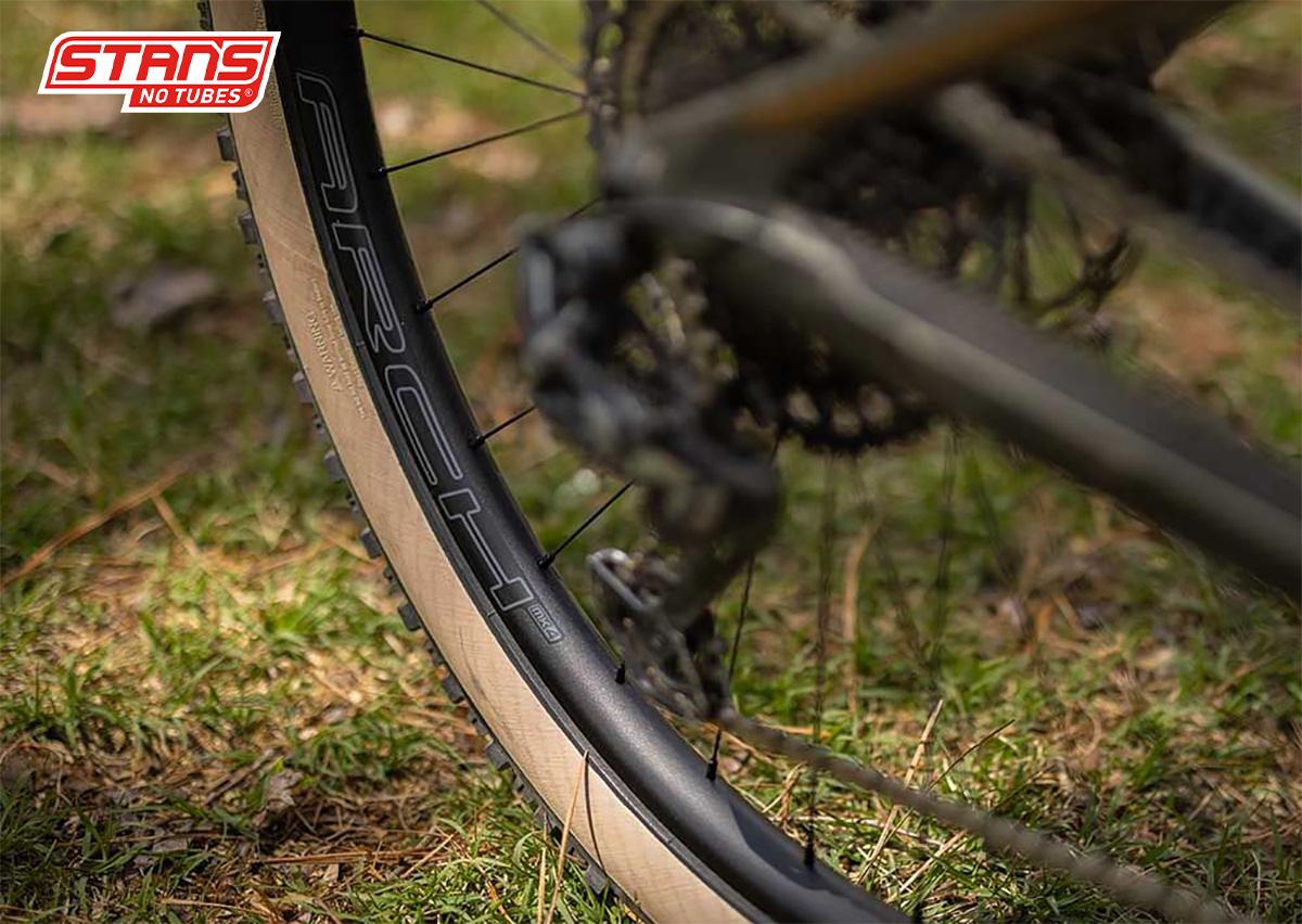 Il modello di cerchio asimmetrico Stan's No Tubes Arch MK4 montato su una mountainbike