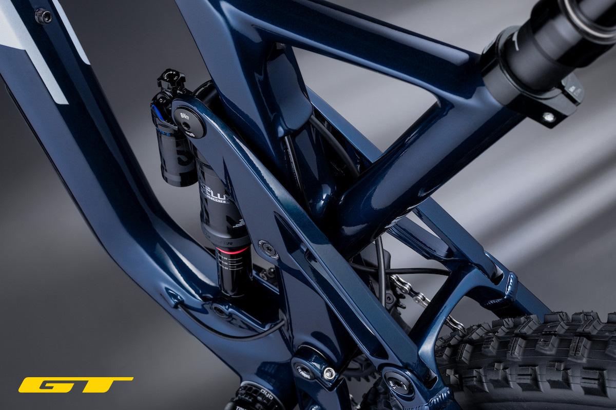 Dettaglio dell'ammortizzatore posteriore montato sulla nuova mtb full GT Force 2022