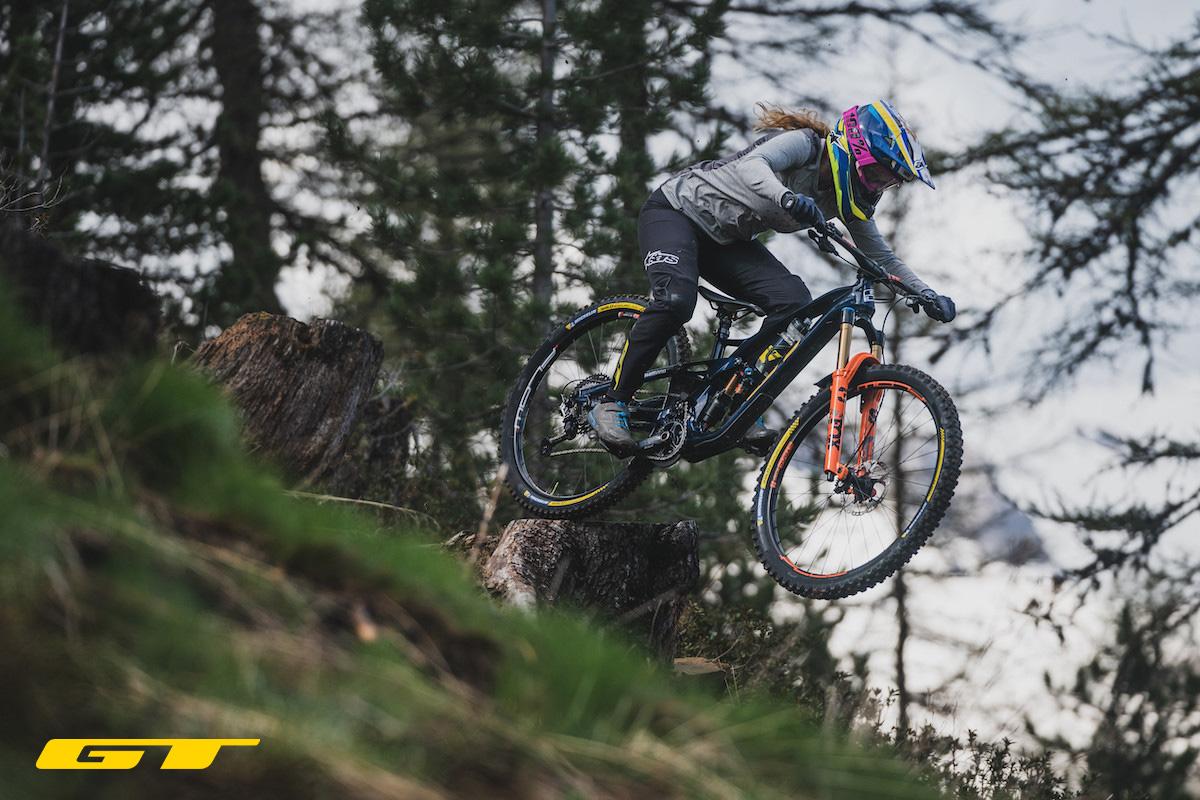 Una rider pedala la nuova mtb GT Force 2022