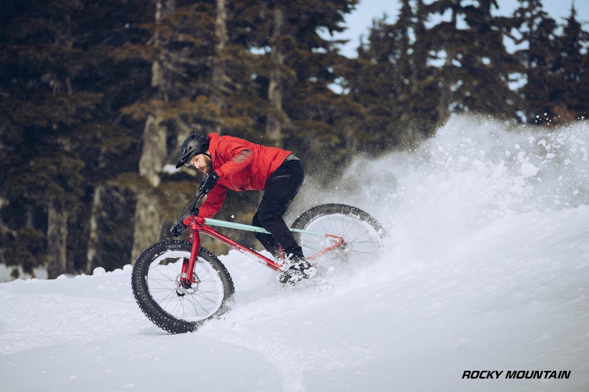 Un rider scende per un percorso innevato con la nuova mtb Rocky Mountain Blizzard Carbon 2022