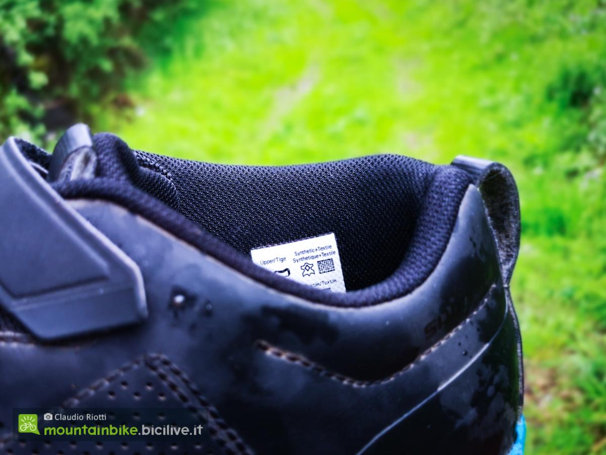 Foto della scarpa MTB Shimano AM902 sul collo del piede