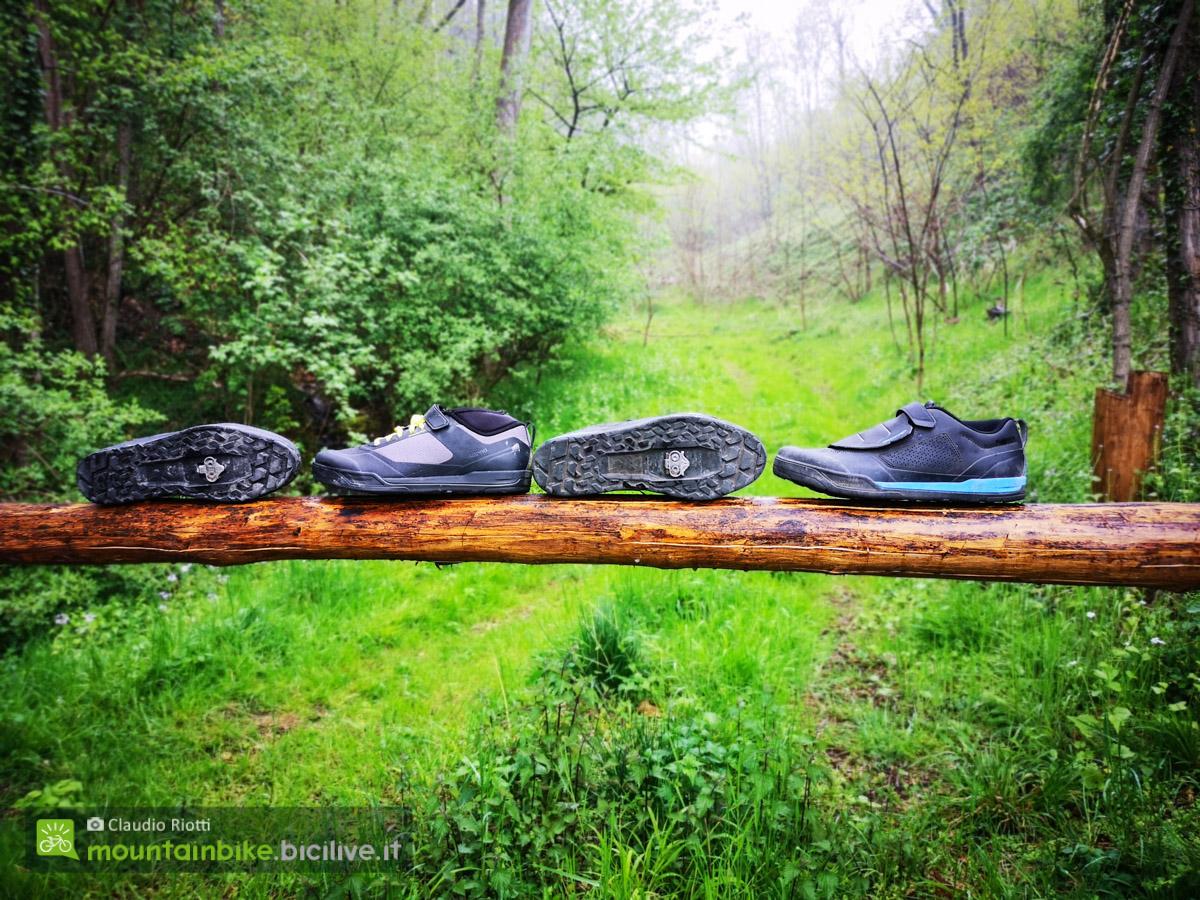 Foto delle scarpe Shimano per mountain bike su un tronco