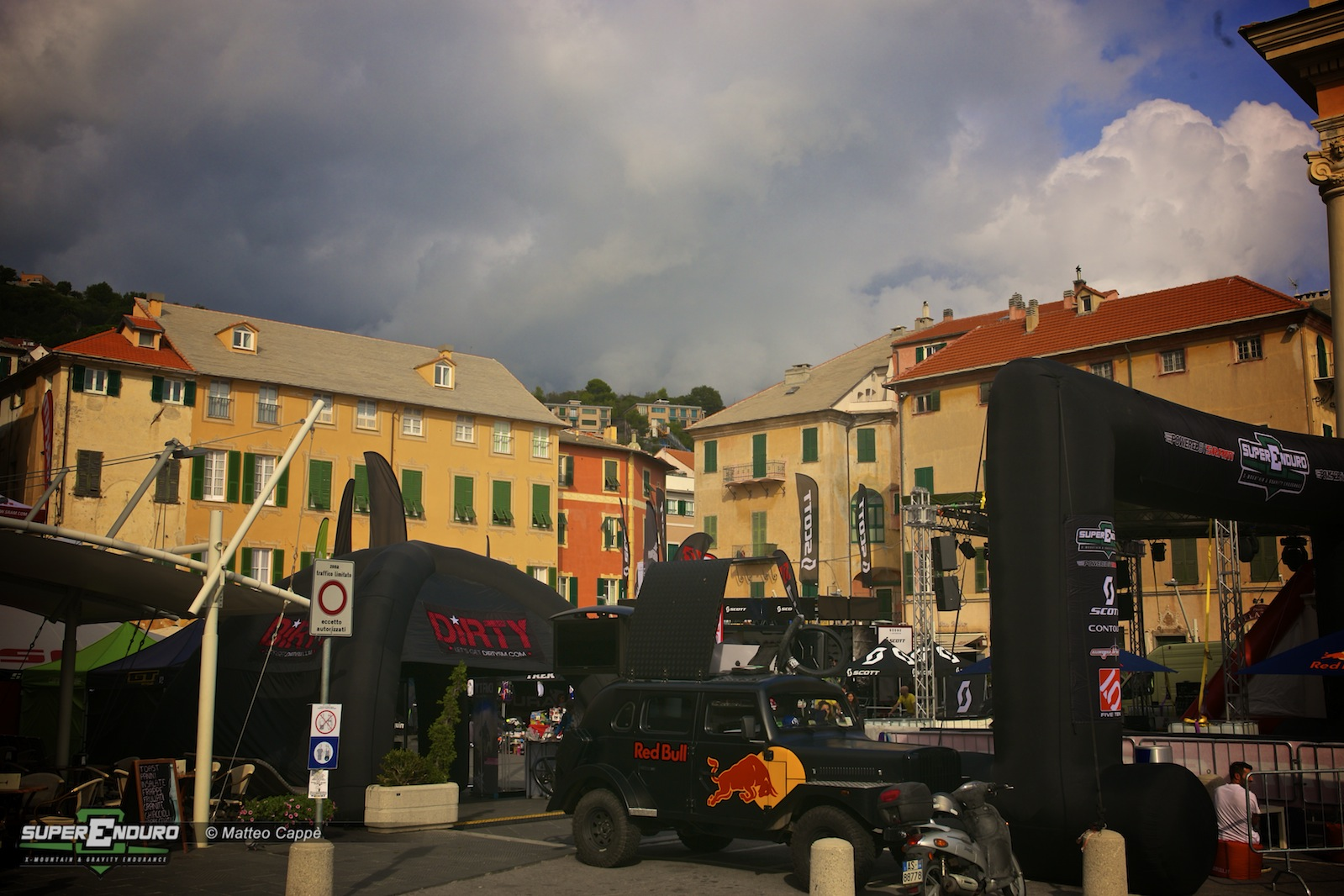Il sabato sera nuvoloni minacciosi preannunciavano l'arrivo della pioggia che ha interrotto le premiazioni la domenica