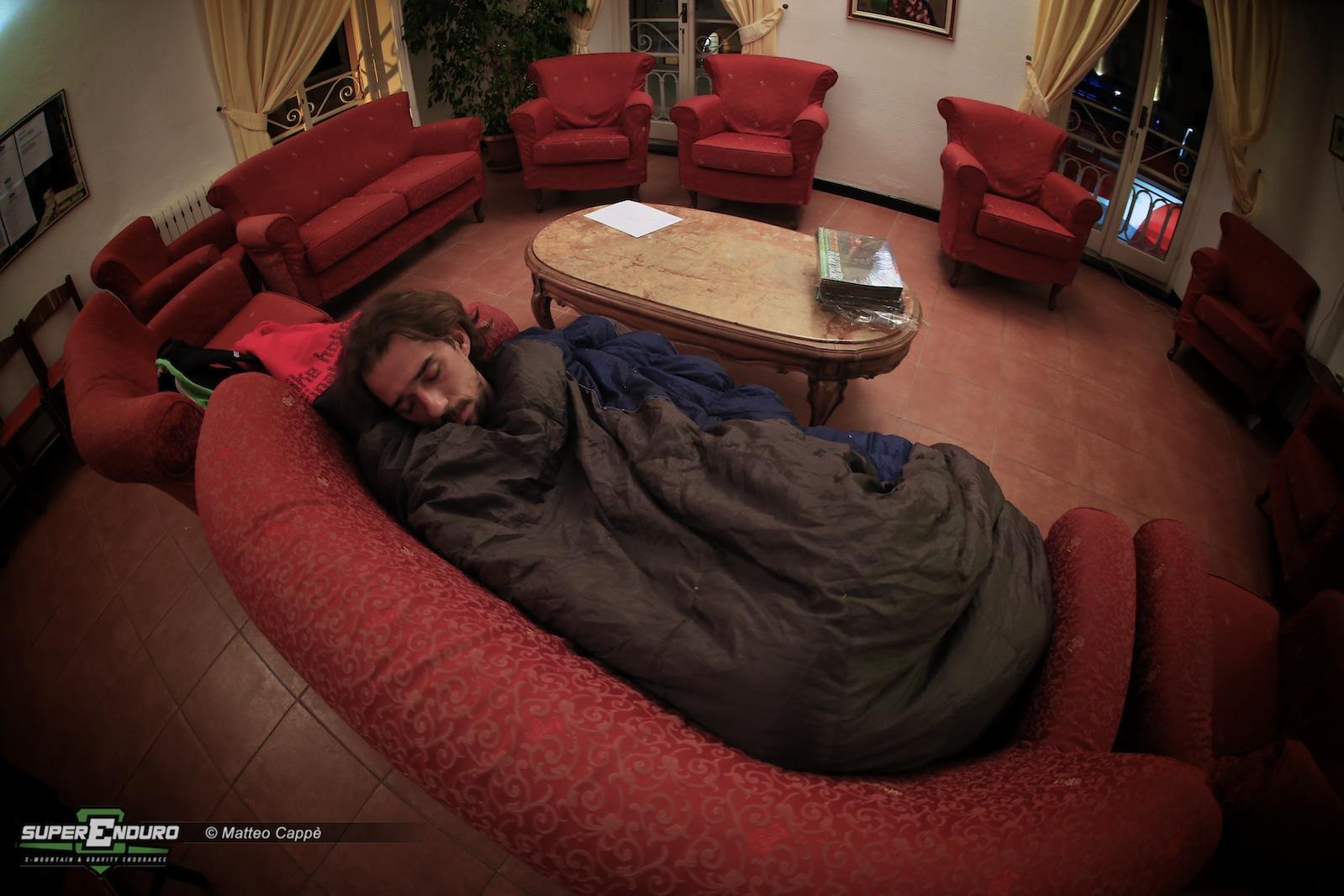 Riccardo Negro, responsabile dell'organizzazione della location, esausto si riposa in sala stampa