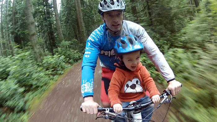 Padre e figlio in bici tra i boschi