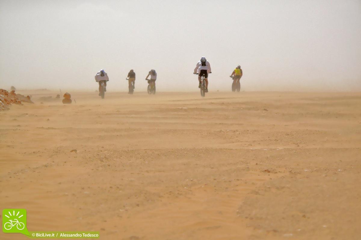 Ciclisti su ebike nel deserto