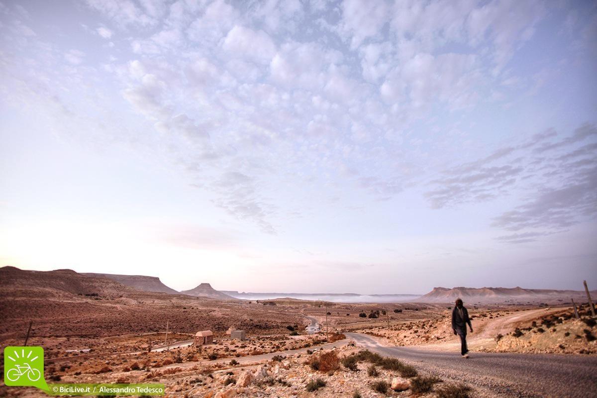 Turista passeggia a piedi nel deserto