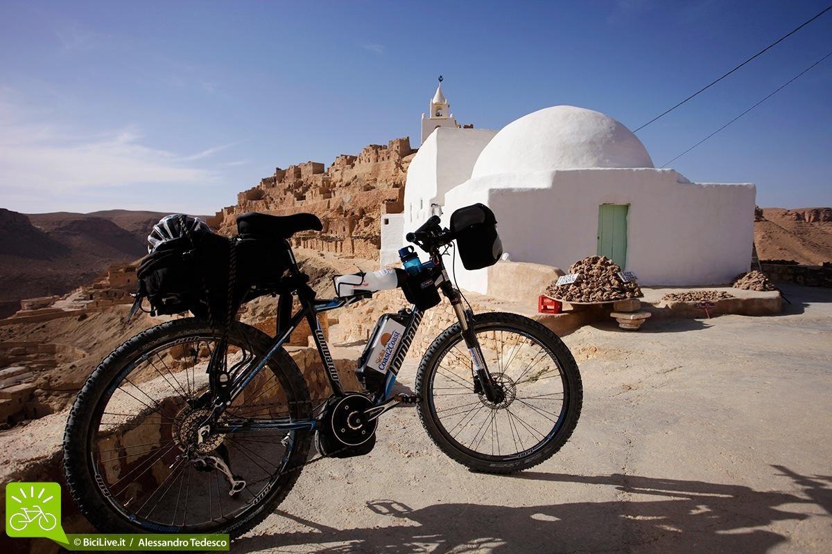 Bici elettrica e abitazione del Marocco