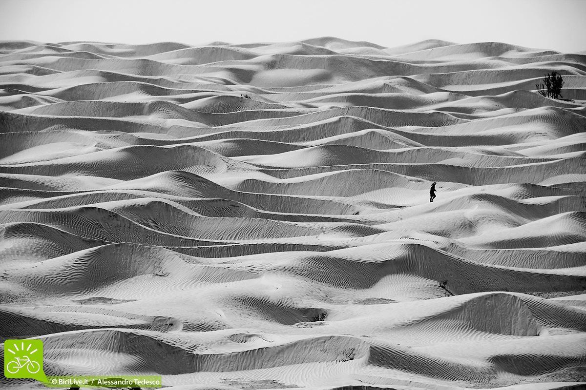 Uomo a piedi in mezzo al deserto