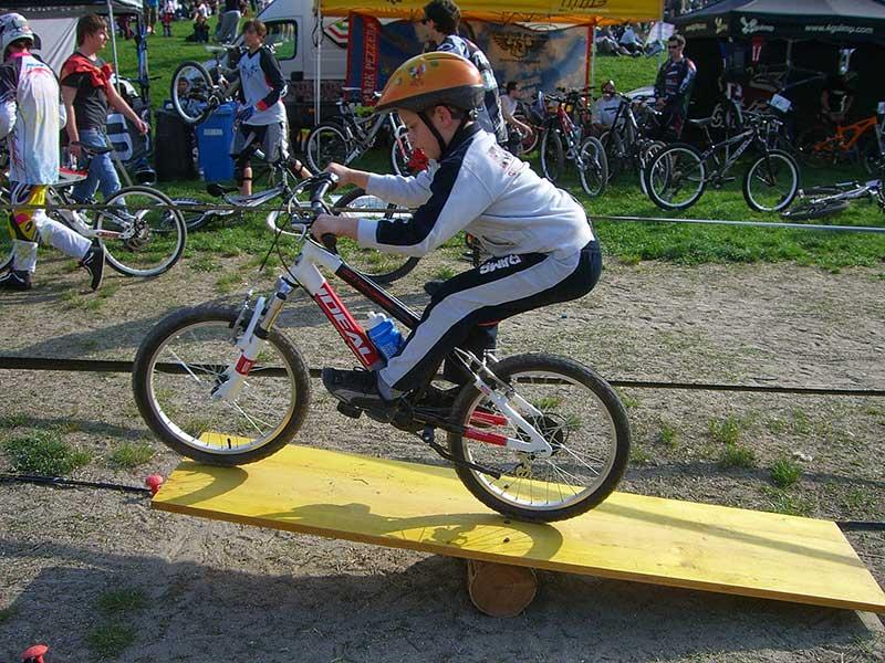 Junior-Biker-alle-prese-con-la-bascula-del-percorso-propedeutico